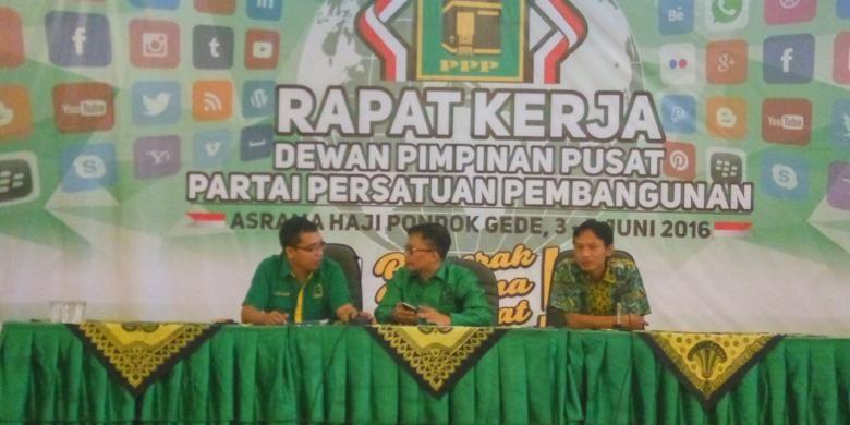 Wasekjen DPP PPP Achmad Baidowi (kiri) dan Ketua DPP PPP Qoyum Abdul Jabar (tengah) saat memberikan keterangan atas hasil Rapat Kerja DPP PPP di Asrama Haji, Jakarta, Minggu (5/6/2016).