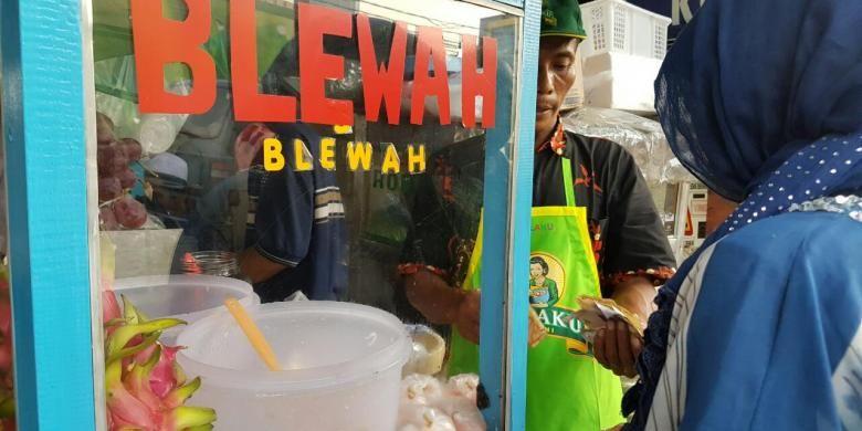 Tatang, pedagang es buah di Pasar Takjil Bendungan Hilir, Tanah Abang, Jakarta Pusat.