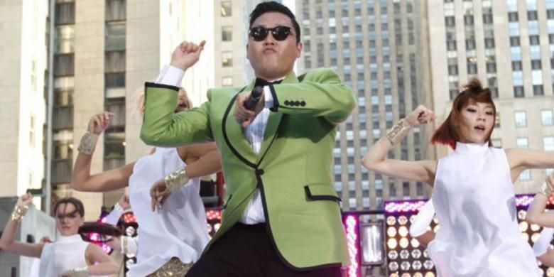 Psy mementaskan hit K-pop Gangnam Style di New York, AS, dan ditonton ratusan juta kali di YouTube.