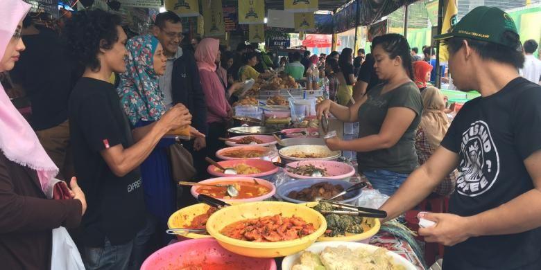 Banyak gerai masakan padang di Pasar Benhil, yang buka mulai pukul 14.00 WIB.