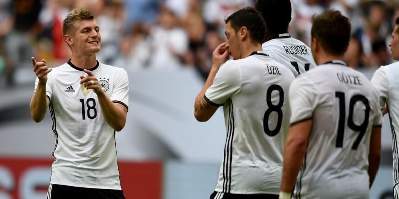 Reaksi gelandang Jerman, Toni Kroos, saat melawan Hungaria pada uji coba di Veltins Arena, 4 Juni 2016.