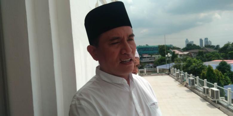 Yusril Ihza Mahendra usai memberikan khotbah Jumat di Masjid Agung Al-Azhar, Kebayoran Baru, Jakarta Selatan, Jumat (17/6/2016).
