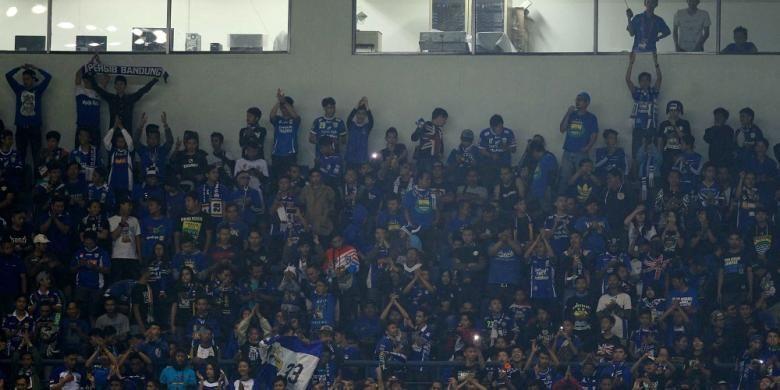Para bobotoh menunjukkan dukungan kepada Persib Bandung saat bertanding melawan Mitra Kukar di Stadion Gelora Bandung Lautan Api, Sabtu (18/6/2016).