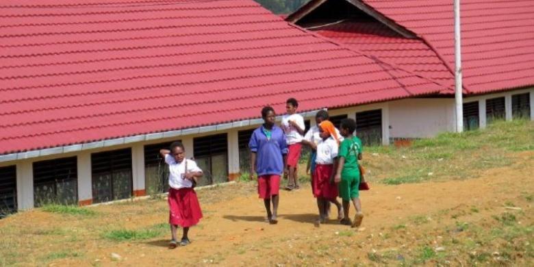 Sejumlah siswa SD Inpres Tiom pulang dari sekolahnya di Kabupaten Lanny Jaya, Papua.