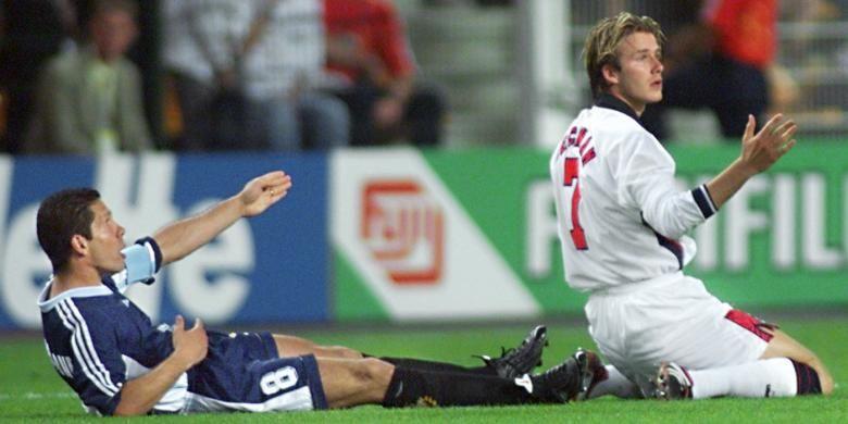 Gelandang Argentina, Diego Simeone, dilanggar pemain sayap Inggris, David Beckham, pada partai babak 16 besar Piala Dunia di Stadion Geoffroy Guichard, 30 Juni 1998.