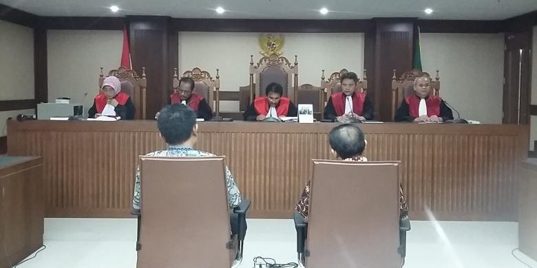 Terdakwa Direktur Utama PT Citra Gading Asritama Ichsan Suaidi dan pengacaranya, Awang Lazuardi Embat di Pengadilan Tindak Pidana Korupsi Jakarta, Senin (20/6/2016).
