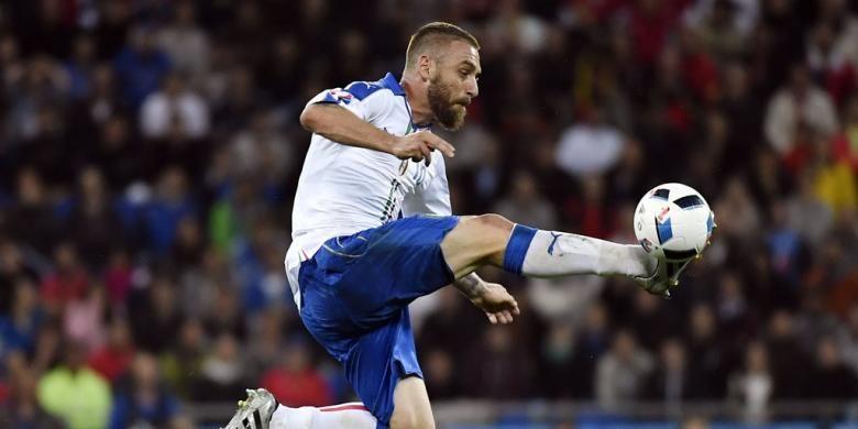 Pemain bertahan Italia, Daniele De Rossi, menerima bola saat melawan Belgia pada partai Piala Eropa Grup E di Parc Olympique Lyonnais, 13 Juni 2016.