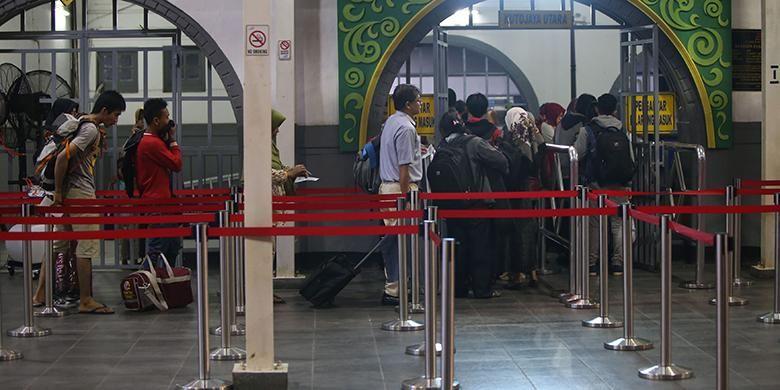 Aktivitas calon penumpang di Stasiun Senen, Jakarta Pusat, 2 minggu sebelum Hari Raya Idul Fitri, Senin (21/6/2016). Sejumlah warga memilih mudik lebih awal di antaranya untuk menghindari kepadatan menjelang Lebaran.