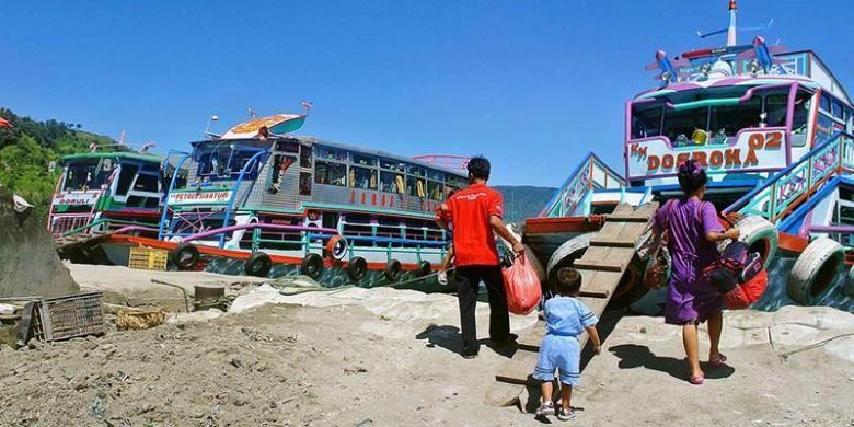 Satu keluarga akan menaiki kapal penyeberangan di Dermaga Ajibata di tepi Danau Toba, Sumatera Utara, akhir Mei 2016 lalu. Danau Toba belum memiliki dermaga yang memadai