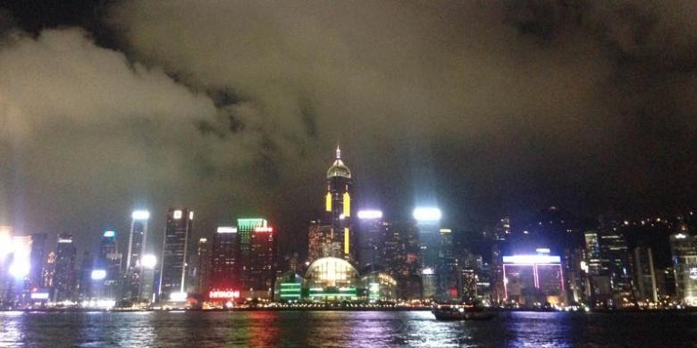 Pemandangan lampu gedung-gedung di Hongkong Mainland dilihat dari area Victoria Harbour Tsim Sha Tsui.