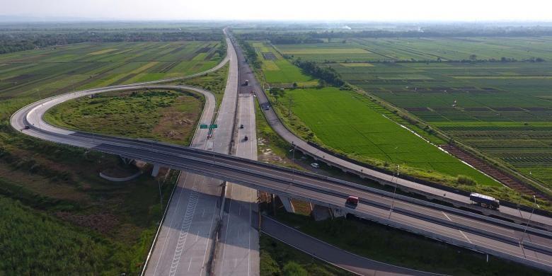 Foto dari udara suasana simpang susun Jalan Tol Pejagang-Pemalang, Ruas Pejagan-Brebes Timur, Minggu (26/6/2016). Ruas yang merupakan bagian dari tol Trans Jawa itu telah siap untuk mendukung kelancaran arus mudik Lebaran nanti.