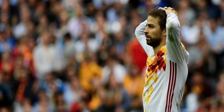 Bek Spanyol, Gerard Pique, terlihat frustrasi saat tampil pada laga Piala Eropa 2016 kontra Italia, di Stade de France, Paris, Senin (27/6/2016).