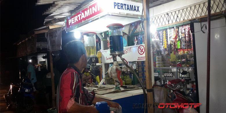 Kios pengecer bahan bakar minyak (BBM) Pertamini.