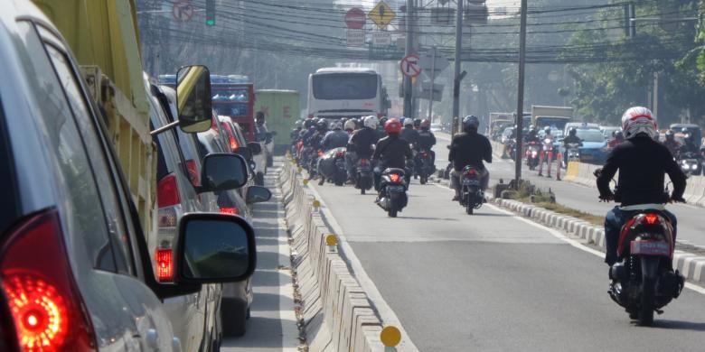 Jalur transjakarta atau busway kembali dimasuki oleh pengguna kendaraan pribadi di Jalan KH Hasyim Ashari, Gambir, Jakarta Pusat, Jumat (1/7/2016). Setelah sempat steril karena dijaga petugas, sejumlah jalur transjakarta mulai dimanfaatkan pengendara untuk menghindari kemacetan.