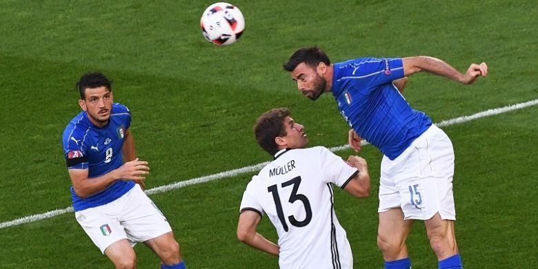 Pemain Jerman, Thomas Mueller (tengah), dikawal oleh dua pemain Italia, Alessandro Florenzi (kiri) dan Andrea Barzagli, dalam laga perempat final Piala Eropa 2016 di Stade Matmut-Atlantique, Bordeaux, Sabtu (2/7/2016) atau Minggu dini hari WIB.