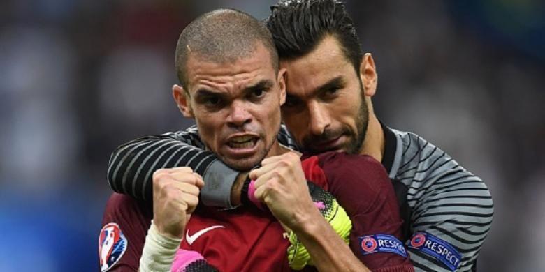 Kegembiraan Pepe dan Rui Patricio seusai kemenangan Portugal atas Perancis di final Piala Eropa 2016, Minggu (10/7/2016).
