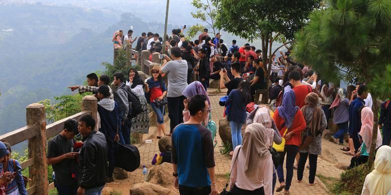 Pengunjung memadati obyek wisata Tebing Keraton di Bandung, Minggu (10/7/2016).
