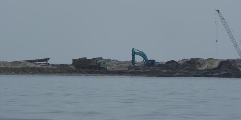 Tampak proses reklamasi Pulau F di pesisir utara Jakarta masih berlangsung pada Rabu (13/7/2016). Pengerjaan salah satu dari belasan pulau untuk reklamasi, Pulau G, dihentikan oleh Menko Maritim dan Sumber Daya Rizal Ramli karena ditemukan banyak pelanggaran.