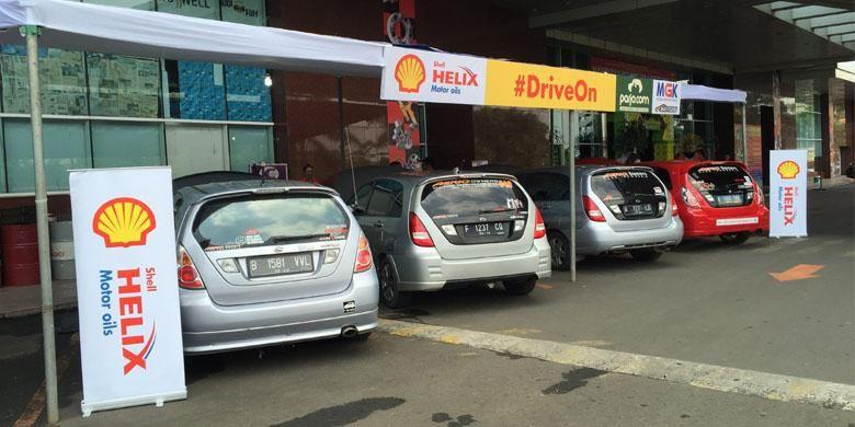 Ganti oli gratis dari Shell Lubricants kepada peserta ?Mudik Bareng Pasukan Subuh 492 - Lintas Komunitas?.