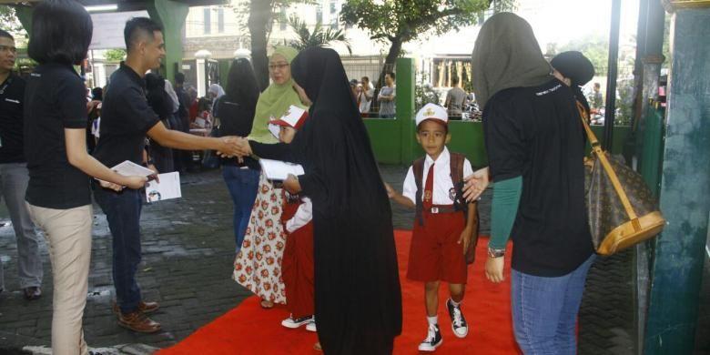 Orangtua dan murid disambut karpet merah oleh Gramedia saat hari pertama masuk sekolah, Senin (18/7/2016). Penyambutan dilakukan di SDN 3 dan 12 Grogol Utara, Kebayoran Lama, Jakarta Selatan.