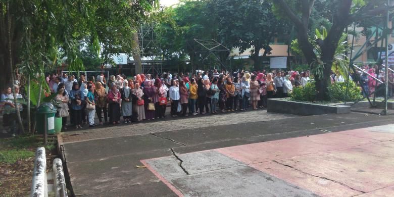 Orangtua siswa mengantar anaknya di hari pertama sekolah di SMAN 70 Jakarta, Senin (18/7/2016).
