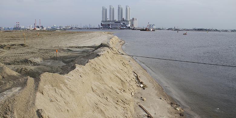 Suasana proyek pembangunan reklamasi Teluk Jakarta di kawasan Pantai Utara, Jakarta Utara, Rabu (11/5/2016). Kementerian Lingkungan Hidup dan Kehutanan menghentikan sementara proyek reklamasi Pulau C, D, dan G, lantaran dinilai melanggar izin dan perundang-undangan mengenai lingkungan hidup.