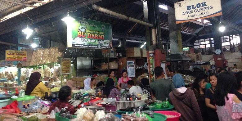 Suasana sekitar warung es Dawet Telasih Bu Dermi  di Pasar Gede Hardjonagoro, Solo, Jawa Tengah, Jumat (22/7/2016). Semangkukk es dawet telasih ditawarkan dengan harga Rp 8.000.