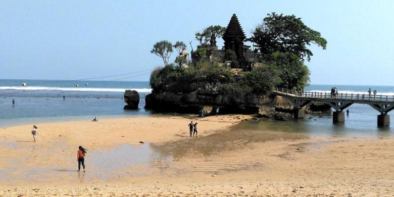 Mencari ketenangan di tengah kesibukan sehari-hari, Pantai Balekambang di Srigonco, Bantur, Kabupaten Malang, Jawa Timur, bisa menjadi pilihan tepat bagi pengunjung. Kawasan pantai seperti Tanah Lot, Bali, ini berjarak 60 kilometer dari Kota Malang dengan kondisi jalan mulus.