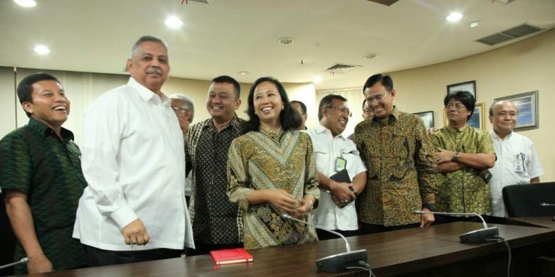 Menteri BUMN, Rini Soemarno didampingi para Direktur Utama perusahaan BUMN menyampaikan progress Holding BUMN di Kementerian BUMN, Jakarta, Senin (25/7/2016).