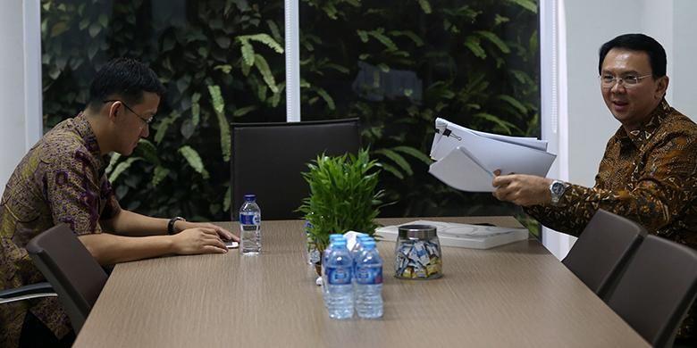 Gubernur DKI Jakarta Basuki Tjahaja Purnama (kanan) dan stafnya Sunny Tanuwidjaja menjadi saksi dalam persidangan dengan terdakwa mantan Presiden Direktur PT Agung Podomoro Land, Ariesman Widjaja di Pengadilan Khusus Tindak Pidana Korupsi, Jakarta Pusat, Senin (25/7/2016). Dalam kasus ini, Ariesman Widjaja didakwa menyuap anggota DPRD DKI Jakarta, Mohamad Sanusi sebesar Rp 2 miliar secara bertahap terkait rancangan peraturan daerah tentang reklamasi.