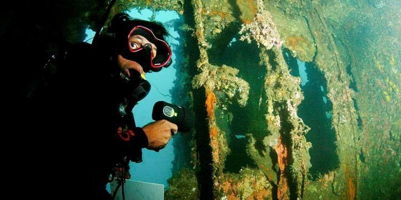 Penyelam di dalam bagian kapal Mawali yang terdampar di dasar laut perairan Selat Lembeh. Sejumlah ruang yang dapat dimasuki cukup aman untuk dijelajahi.
