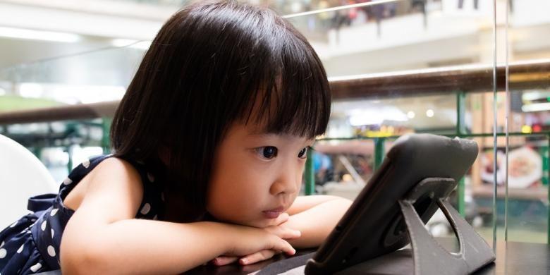 Ilustrasi anak main gadget.