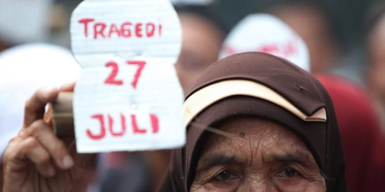 Keluarga korban tragedi 27 Juli bersama massa dari Forum Komunikasi Kerukunan 124, Rabu (27/7/2011), mendatangi bekas kantor DPP PDI di Jalan Diponegoro 58, Jakarta, untuk memperingati 15 tahun peristiwa tersebut. Mereka mendesak Presiden menyelesaikan berbagai kasus pelanggaran hak asasi manusia, termasuk tragedi 27 Juli 1996.