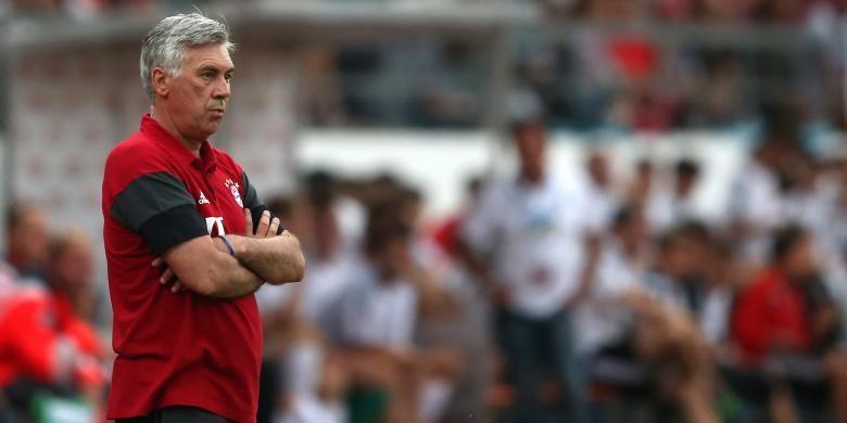 Pelatih Bayern Muenchen, Carlo Ancelotti, menyaksikan pertandingan timnya melawan SpVgg Landshut pada pertandingan uji coba di Landshut, Jerman Selatan, Sabtu (23/7/2016).