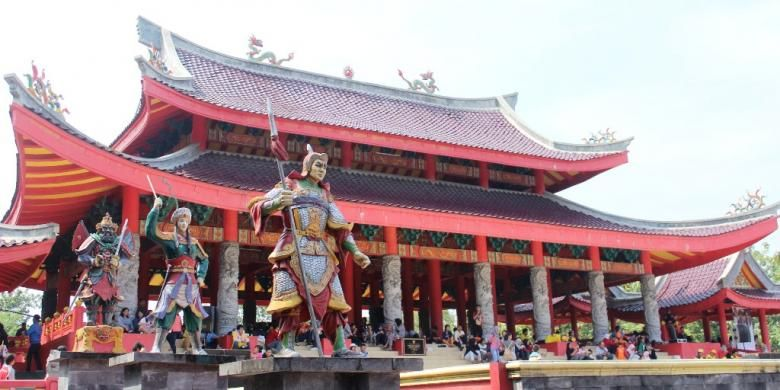 Klenteng Agung Sam Poo Kong Semarang yang dipadati wisatawan berbagai daerah saat akhir pekan dan perayaan-perayaan besar.