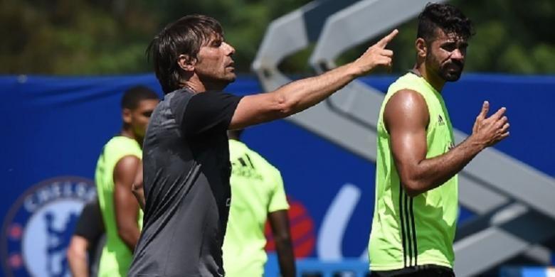 Manajer Chelsea, Antonio Conte, memimpin latihan Diego Costa dkk di California, Selasa (26/7/2016), jelang pertandingan versus Liverpool.