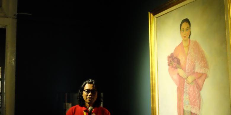 Di sebelah kanan kurator Mikke Santoso adalah lukisan karya Diego Rivera dengan judul Gadis Melayu dengan Bunga.