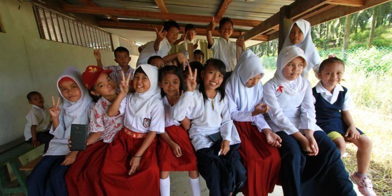 Anak-anak buruh migran yang bersekolah di Community Learning Center (CLC) Ladang Galasah yang berada di areal perusahaan Sarawak Oil Palm Berhad, Miri (2/8/2016).  CLC merupakan wadah yang menjadi akses pendidikan bagi anak-anak buruh migran ini yang terpaksa harus ikut orangtua mereka bekerja sebagai TKI di berbagai perusahaan perkebunan di negara bagian Sarawak, Malaysia.