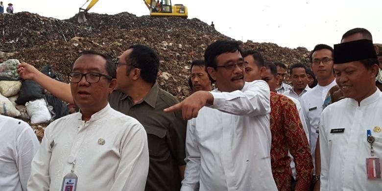 Wakil Gubernur DKI Jakarta Djarot Saiful Hidayat dan Kepala Dinas Kebersihan Isnawa Adji saat meninjau ke Tempat Pengolahan Sampah Terpadu (TPST) Bantargebang, Bekasi, Kamis (4/8/2016)