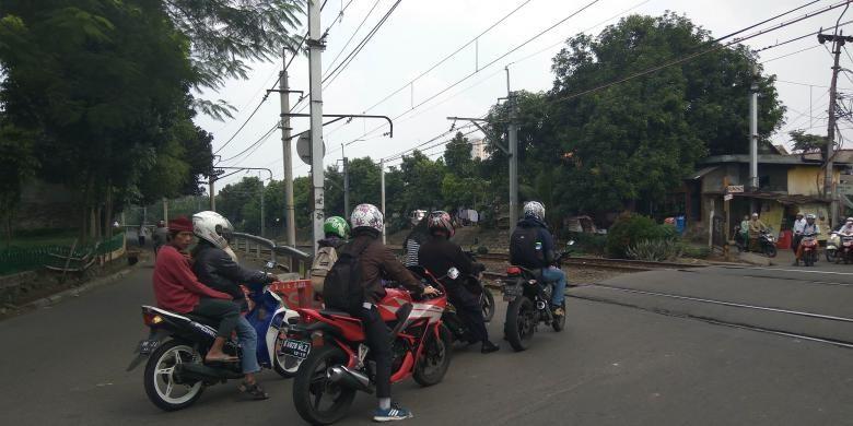 Pengendara dari arah Tanah Kusir melawan arah di Jalan Bintaro Permai, Pesanggrahan, Jakarta Selatan.