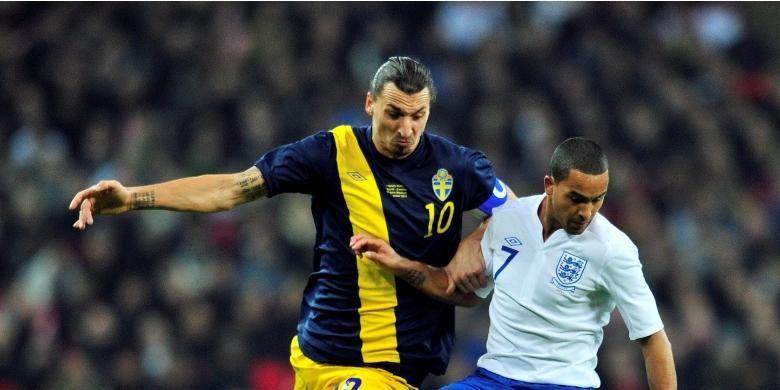 Zlatan Ibrahimovic berduel dengan Theo Walcott saat Swedia melawan Inggris pada partai uji coba di Stadion Wembley, 15 November 2011.
