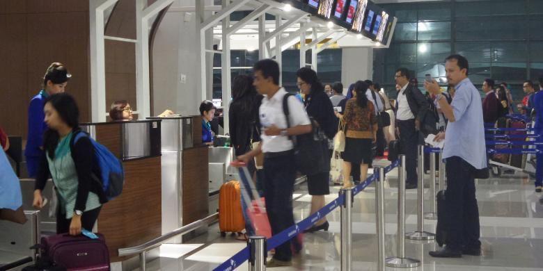 Antrean penumpang di counter check in Terminal 3 New Bandara Soekarno-Hatta, Tangerang, Selasa (9/8/2016). Tahap pertama operasional Terminal 3 New baru melayani penerbangan domestik Garuda Indonesia.