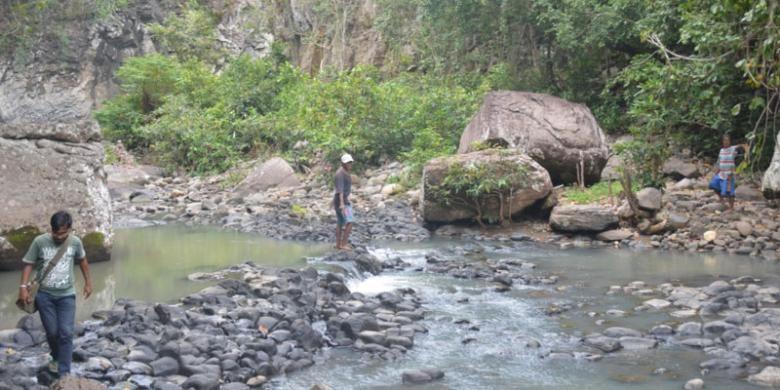 Sungai Waereca di Kecamatan Borong, Kabupaten Manggarai Timur, Flores, Nusa Tenggara Timur, saat debit airnya masih normal.