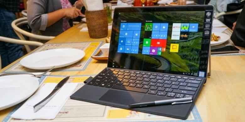 Tampak depan laptop 2-in-1 Acer Switch Alpha 12 berikut aksesori stylus dan keyboard yang terpasang di bagian bawah dengan engsel magnet.