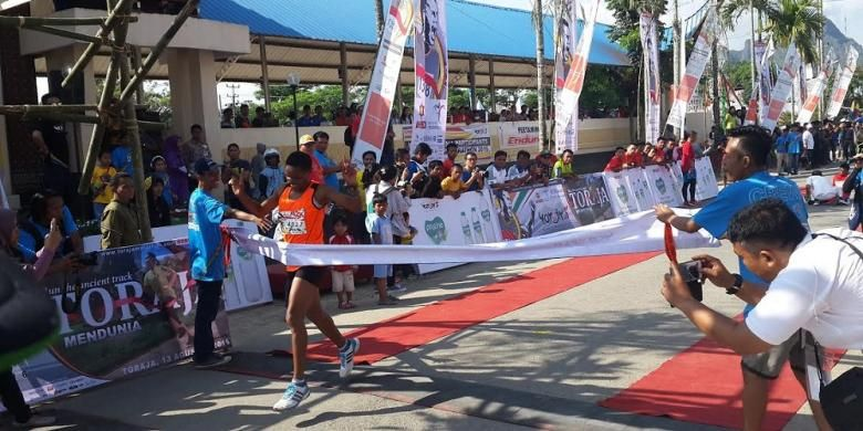 Margaret Njuguna, pemenang nomor marathon asal kenya, menembus garis finis dengan catatan waktu 3 jam 9 menit 31 detik.