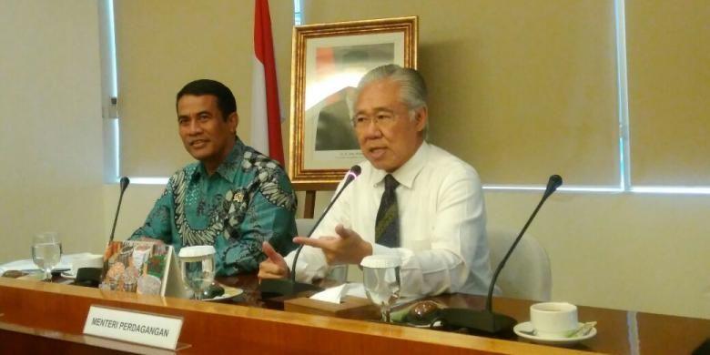 Menteri Perdagangan Enggartiasto Lukita (kanan) bersama Menteri Pertanian Andi Amran Sulaiman, di Jakarta, Senin (15/8/2016). Pemerintah akan menentukan harga eceran tertinggi 14 komoditas bahan pangan.