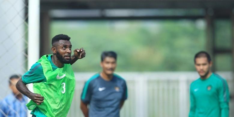 Bek Yanto Basna menyundul bola dalam seleksi tahap kedua tim nasional Indonesia yang digelar di Stadion Pakansara, Cibinong, Selasa (16/8/2016).