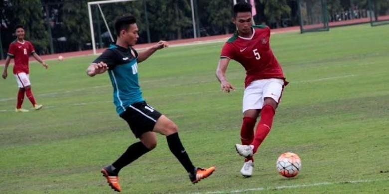 Pemain tim nasional Indonesia U-19, Bagas Adi Nugroho, berusaha melewati pemain UNY FC pada uji coba di Yogyakarta, Selasa (16/8/2016).