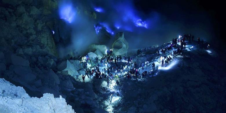 Wisatawan melihat Blue Fire atau api biru di dasar Kawah Gunung Ijen di Kabupaten Banyuwangi, Selasa (9/8/2016) pagi hari. Kabupaten Banyuwangi yang mempunyai julukan sebagai Sunrise of Java tersebut mempunyai sejumlah tempat wisata andalan pantai maupun pegunungan dan dikenal hingga mancanegara.