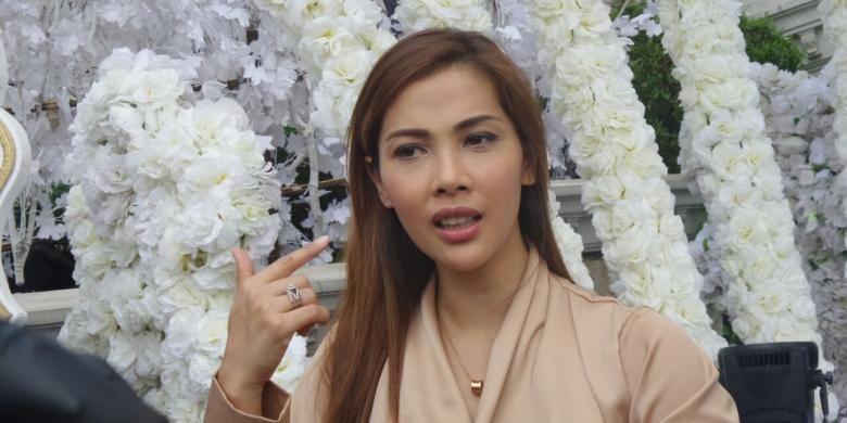 Nadia Mulya menghadiri prosesi selamatan tujuh bulanan penyanyi Ashanty Siddik di kediamannya di Villa Cinere Mas, Depok, Jawa Barat, Minggu (21/8/2016).